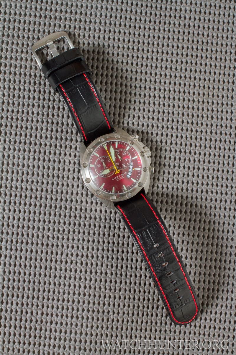 A 24 mm watch band complimented the large size of the case