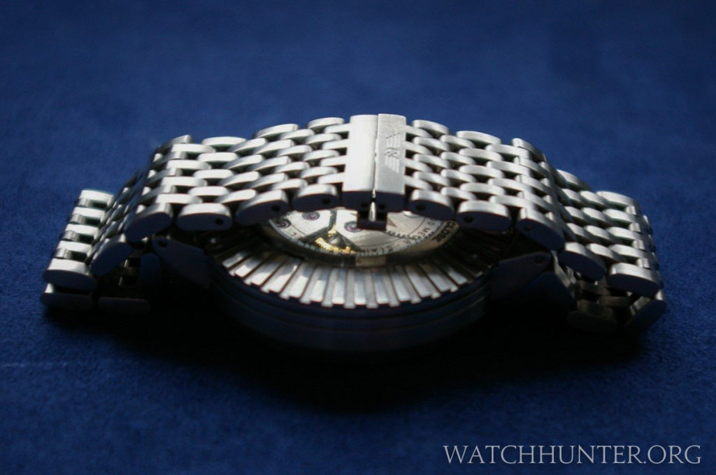 An integrated deployment clasp maintains the streamlined look of the metal bracelet. Photo: cytochrome